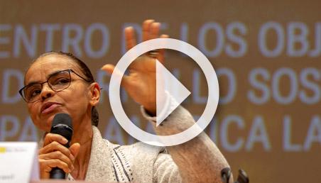 Una mujer con un micrófono en la mano