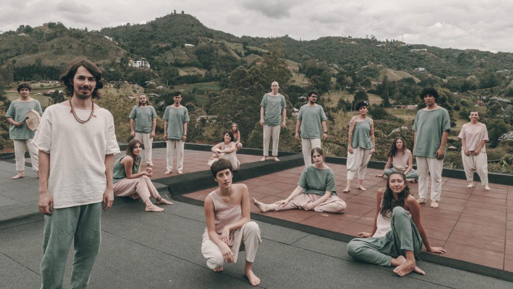 Hombres y mujeres en una terraza con diferentes instrumentos musicales.