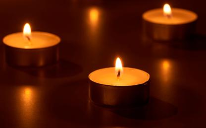 Foto de velas encendidas.