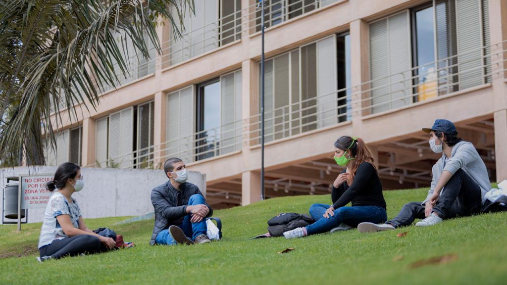 Estudiantes en el Campus  de la Universidad de los Andes