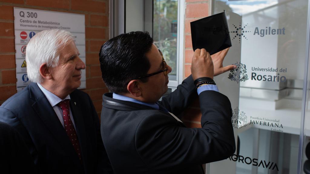 Foto de Jorge Peláez, rector de la Universidad Javeriana, junto a Hugo Rodríguez de Agilent Technologies