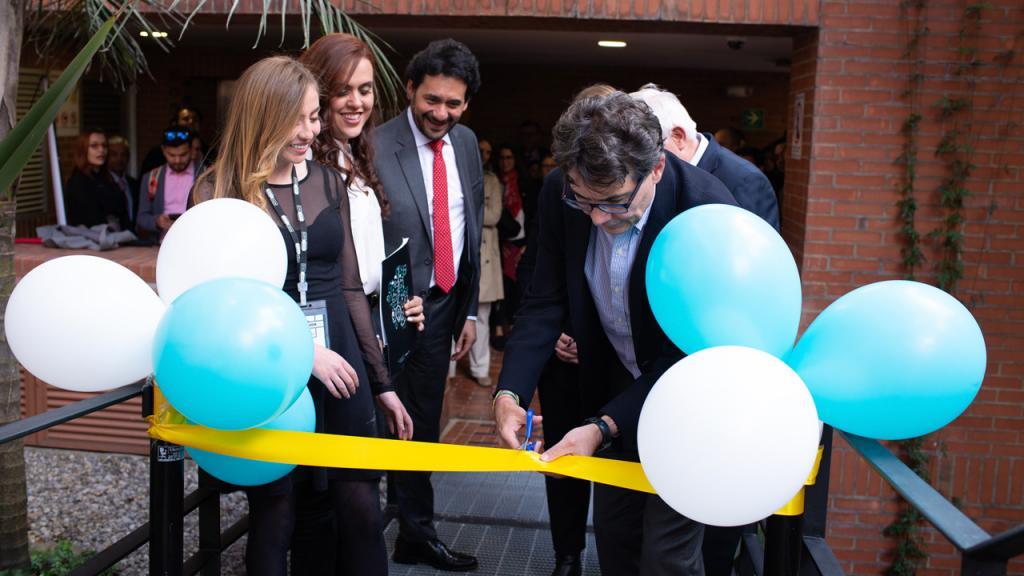 Alejandro Gaviria, president of the Universidad de los Andes cutting the ribbon
