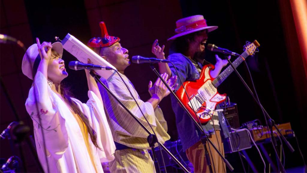 Tres músicos del Japón en tarima