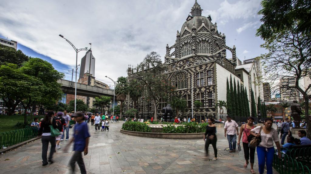 Plaza con iglesia en Medellín, Colombia