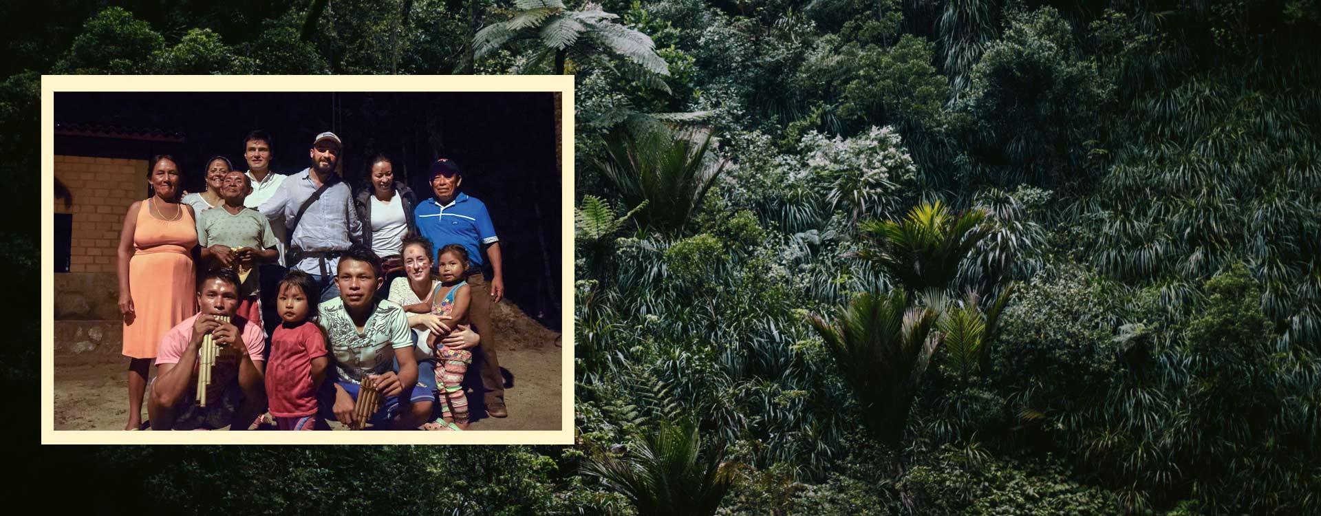 Retrato de estudiantes de Los Andes con una comunidad Indígena. De fondo plantas silvestres.
