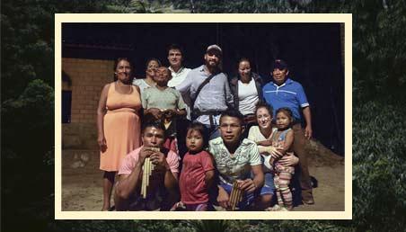 Retrato de estudiantes de Los Andes con una comunidad Indígena