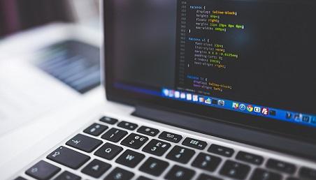 Imagen de un computador con lenguaje de programación