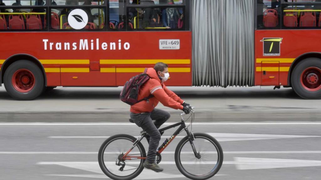 imagen de unTransmilenio y un hombre pedaleando en bicicleta