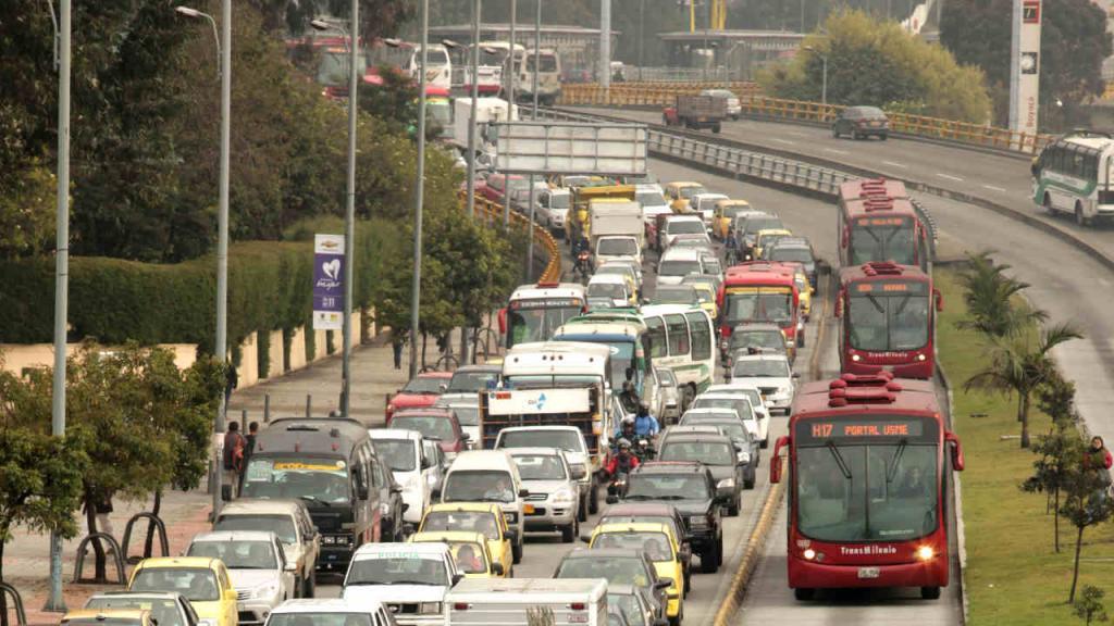 Alto flujo vehicular en avenida de Bogotá.