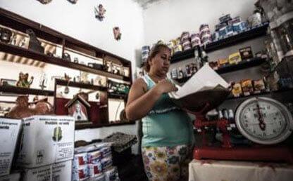 mujer bascula mercado