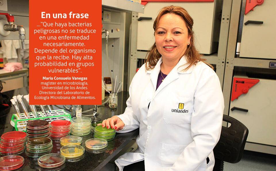 mujer con bata en laboratorio