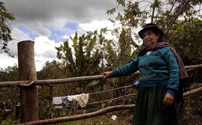 Mujer campesina posa frente a una cerca en Boyacá