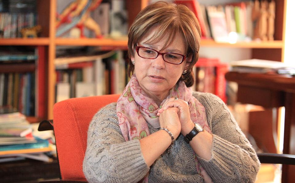 mujer sentada en un estudio pensativa