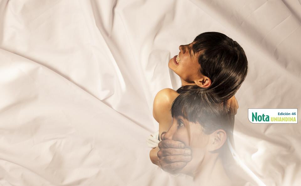 imagen mezclada de unas sábanas con una mujer desnuda gritando