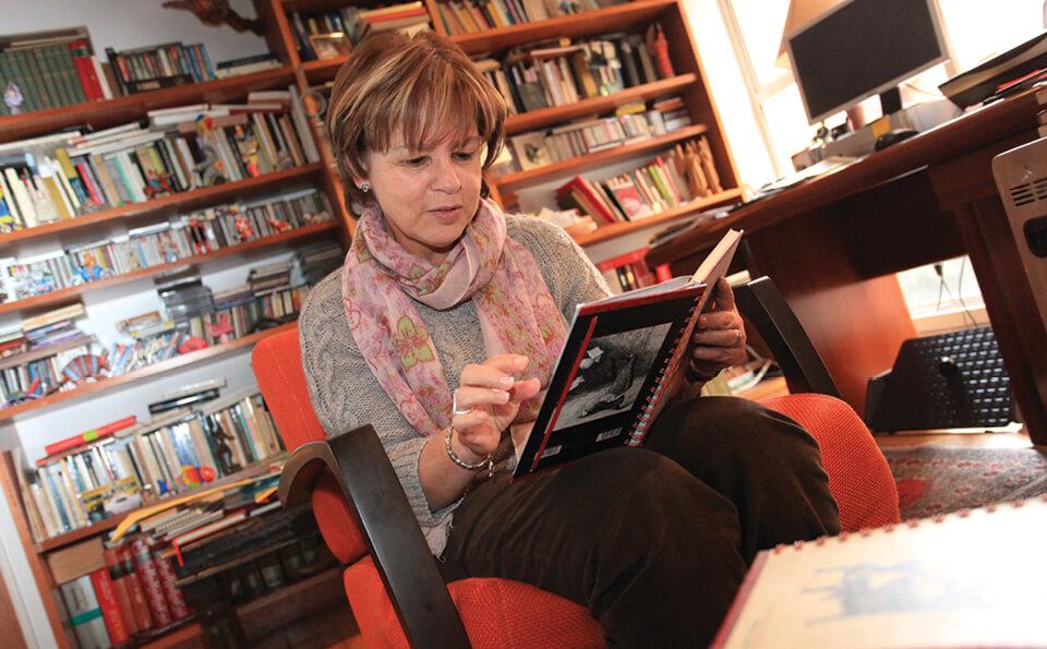 mujer sentada en un estudio leyendo libro