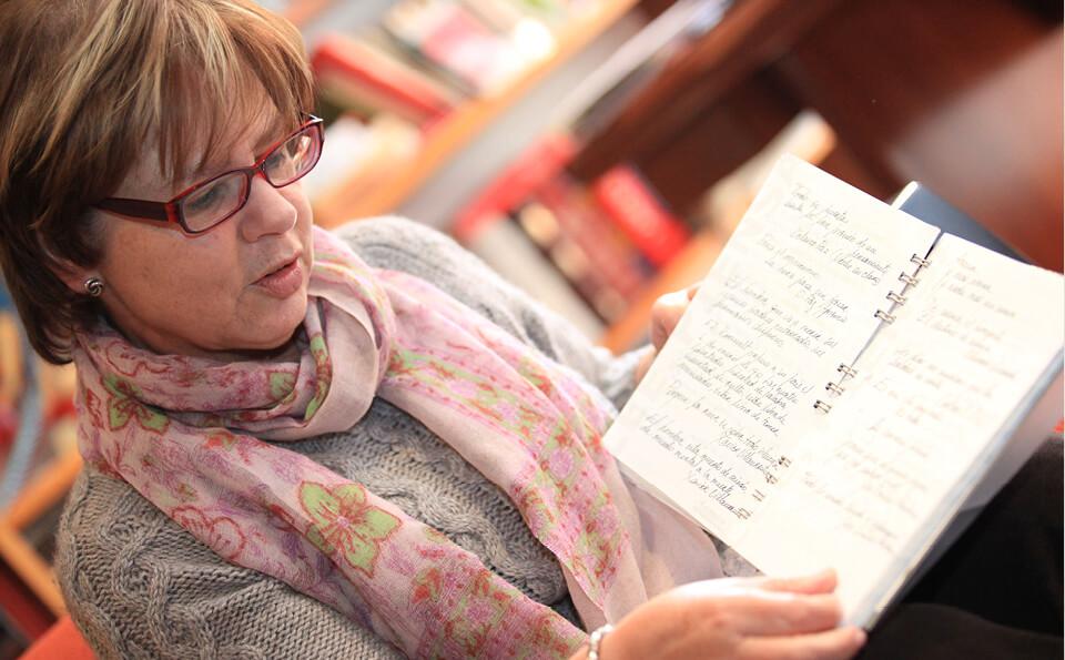 mujer leyendo libro