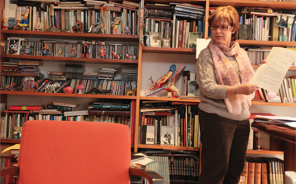mujer parada en un estudio leyendo hojas