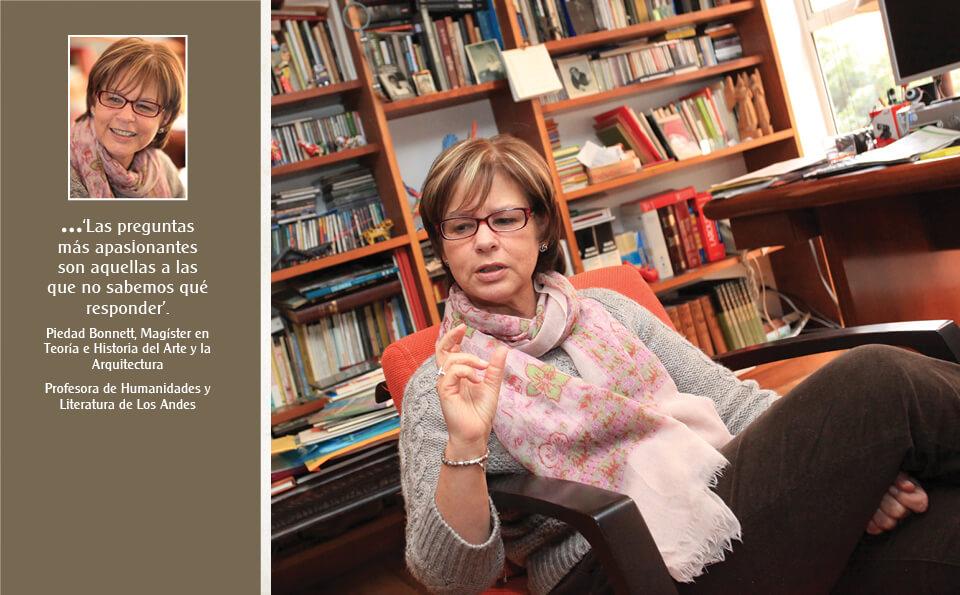 mujer sentada en estudio, al lado de su imagen hay un texto