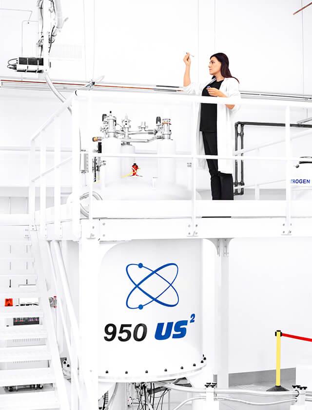 mujer científica con bata en laboratorio