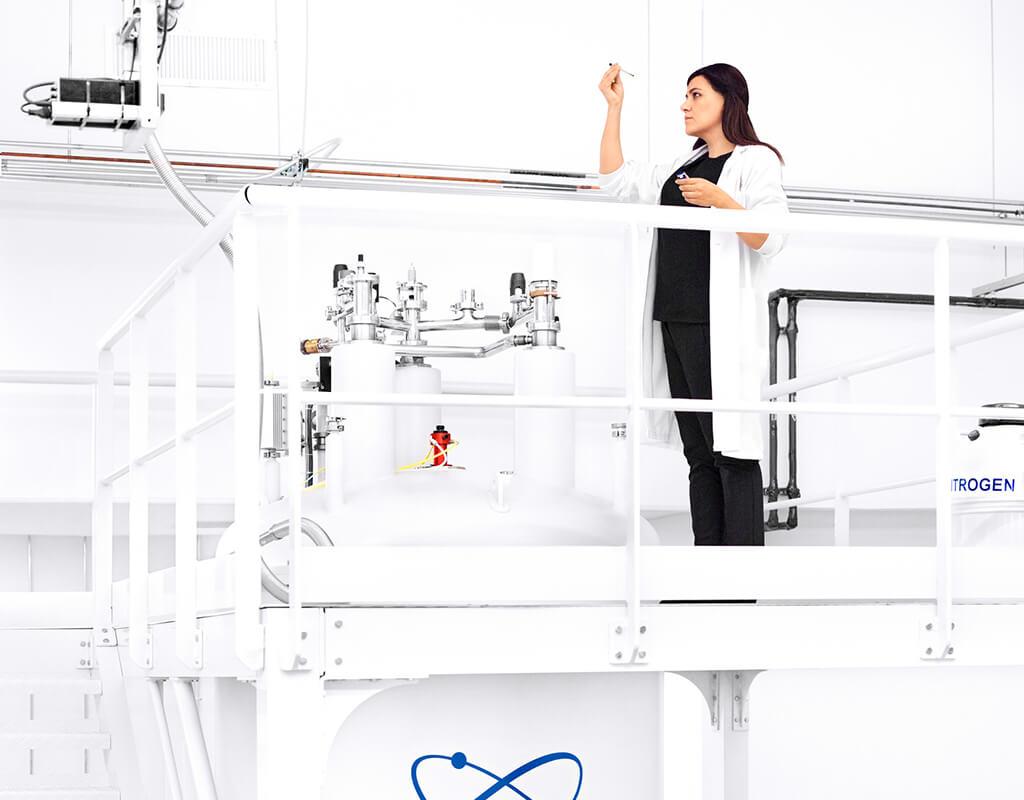 mujer científica en laboratorio