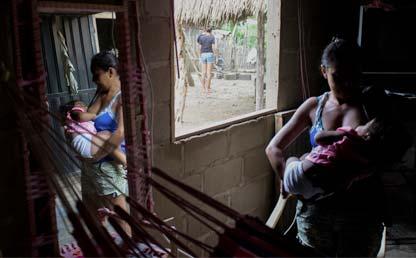 Imagen mujer con un bebé en brazos