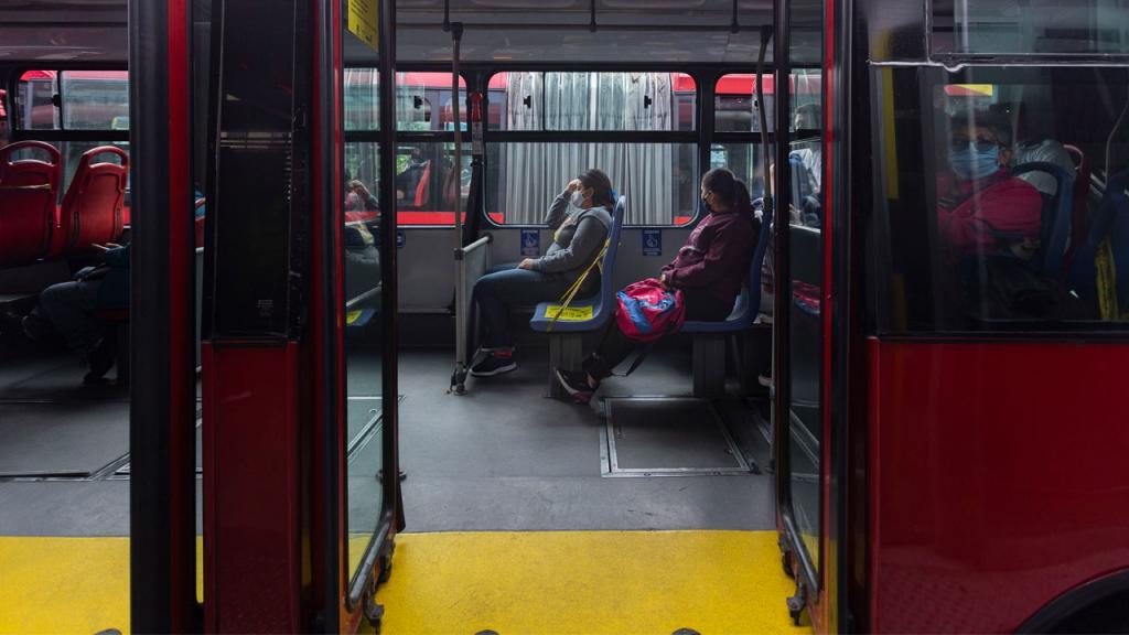 pasajeros con tapabocas en Transmilenio
