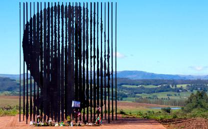 Monumento de varillas forma la cara de Nelson Mandela.