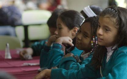 niñas en un salón de clase miran fijamente al frente