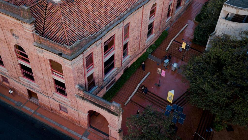 Foto desde arriba de un edificio de ladrillo.