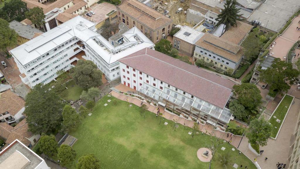 Foto aérea de un edificio blanco.