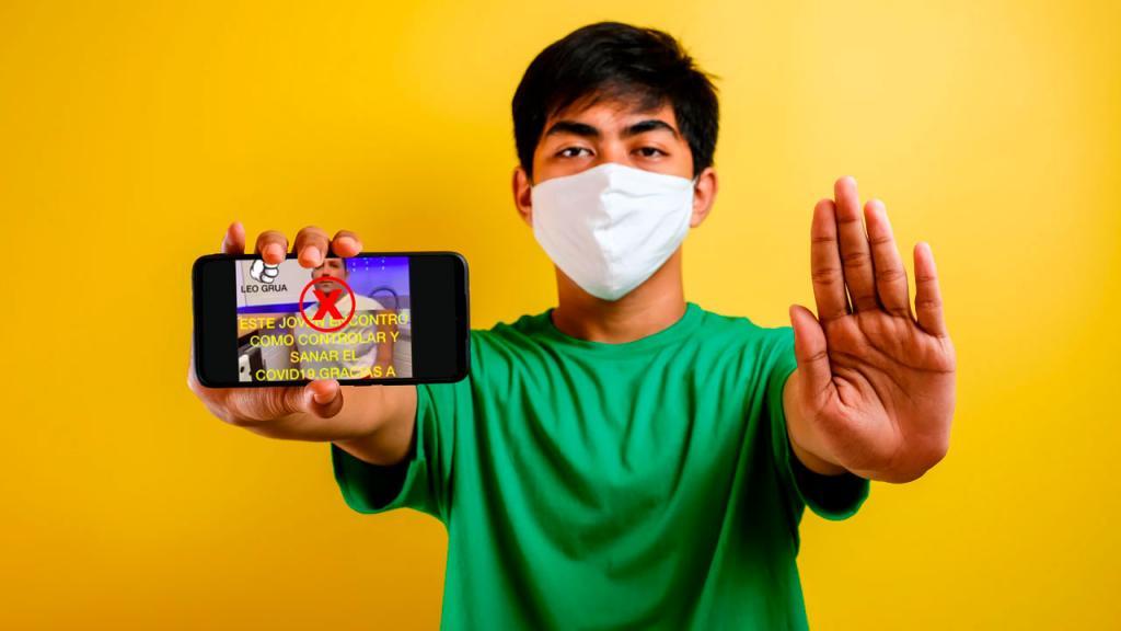 Foto de persona con tapabocas y un celular con una ilustración de COVID-19