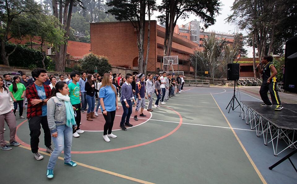 Estudiantes en jornada de bienvenida a Uniandes
