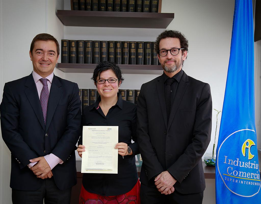 Entrega oficial de patente de innovación a Marcela Hernández, profesora de Uniandes.