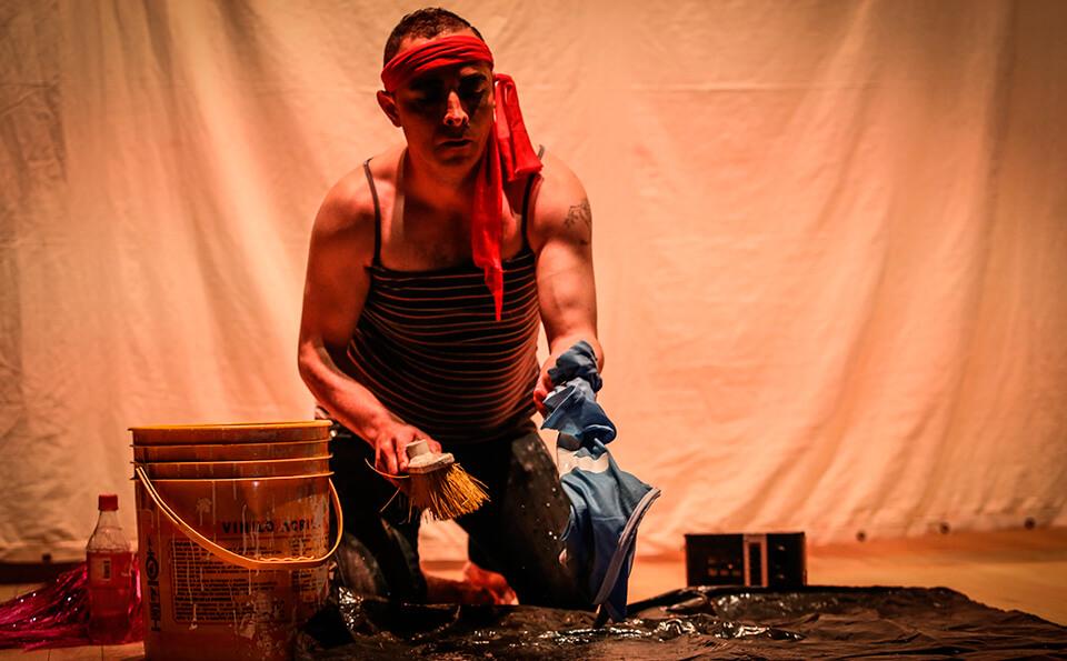 un hombre disfrazado interpretando personaje que hace aseo
