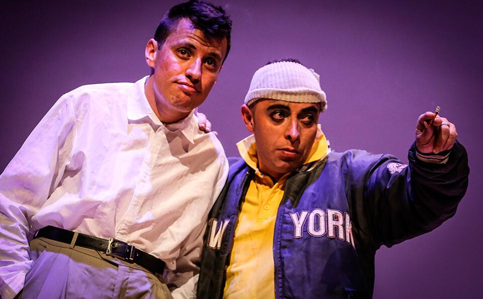 dos hombres vestidos como presos en una obra de teatro que interpretan