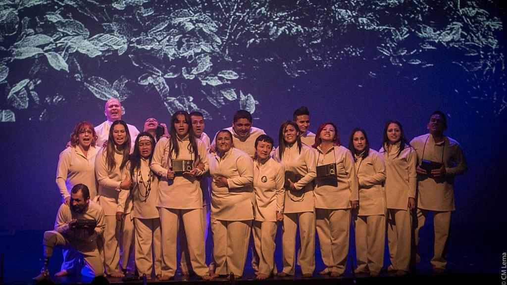 Actores en tarima de fondo en pantalla la selva
