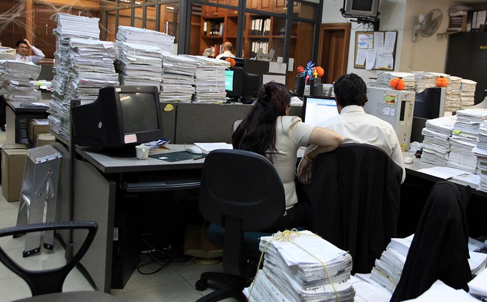 Oficina con personal. Bases de política de talento humano