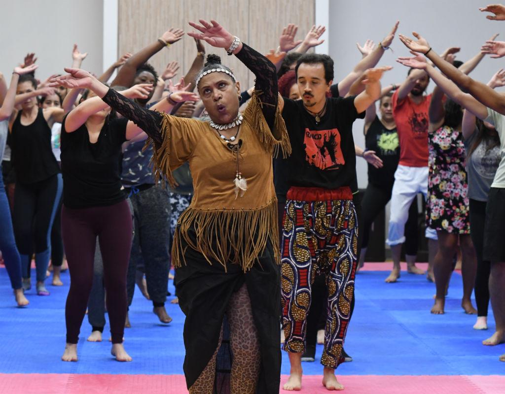 Edelmira Massa bailando frente a grupo de estudiantes