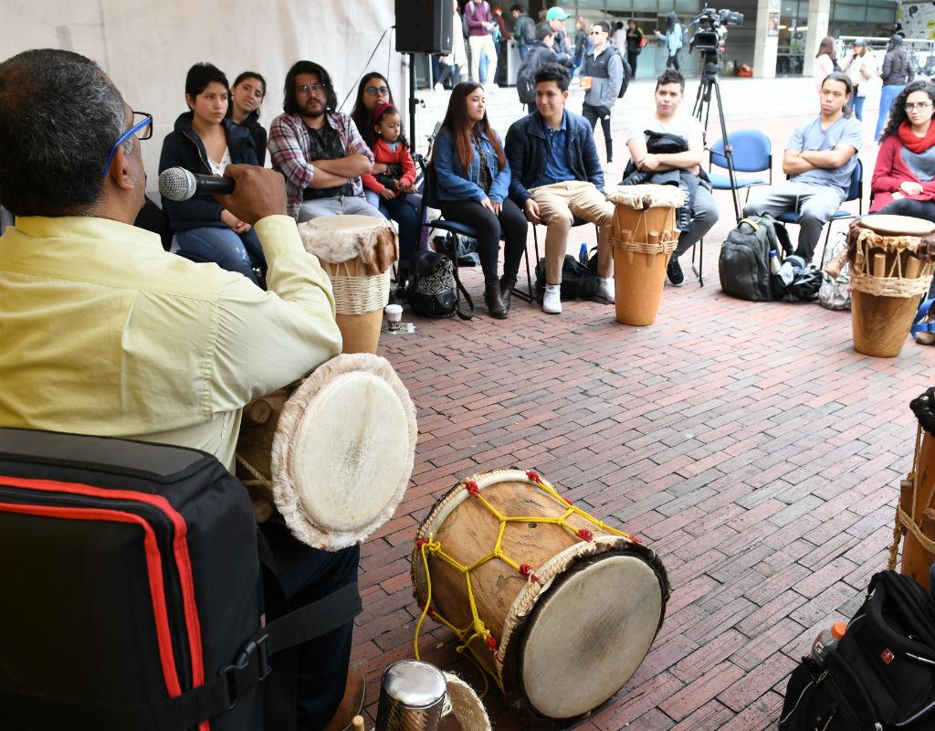 Círculo de personas con tambores en clase de percusión