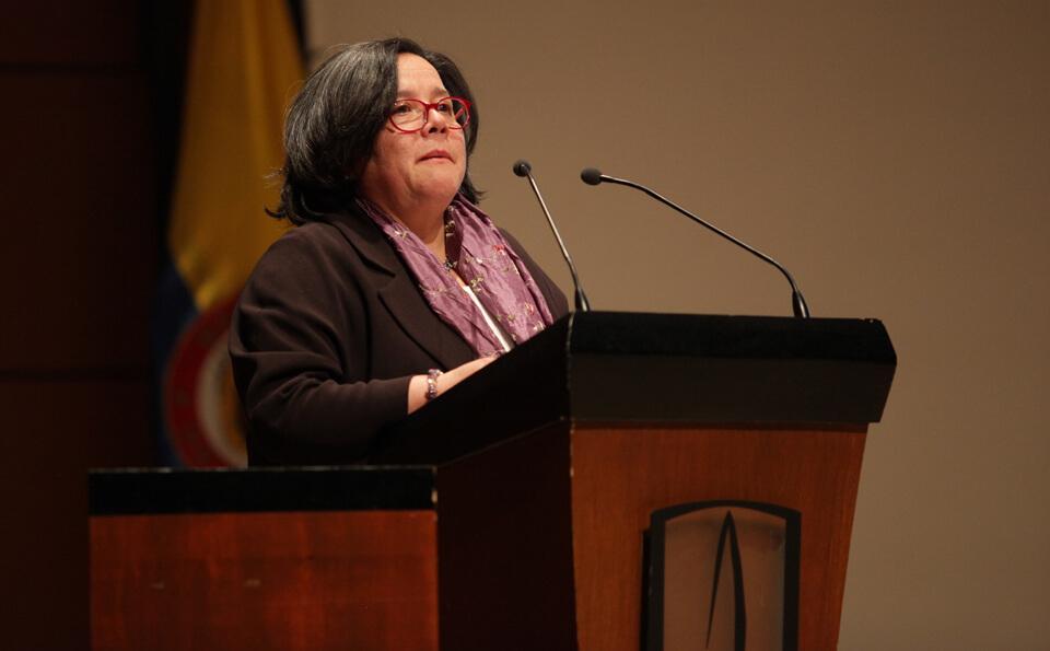 una mujer da un discurso en un auditorio
