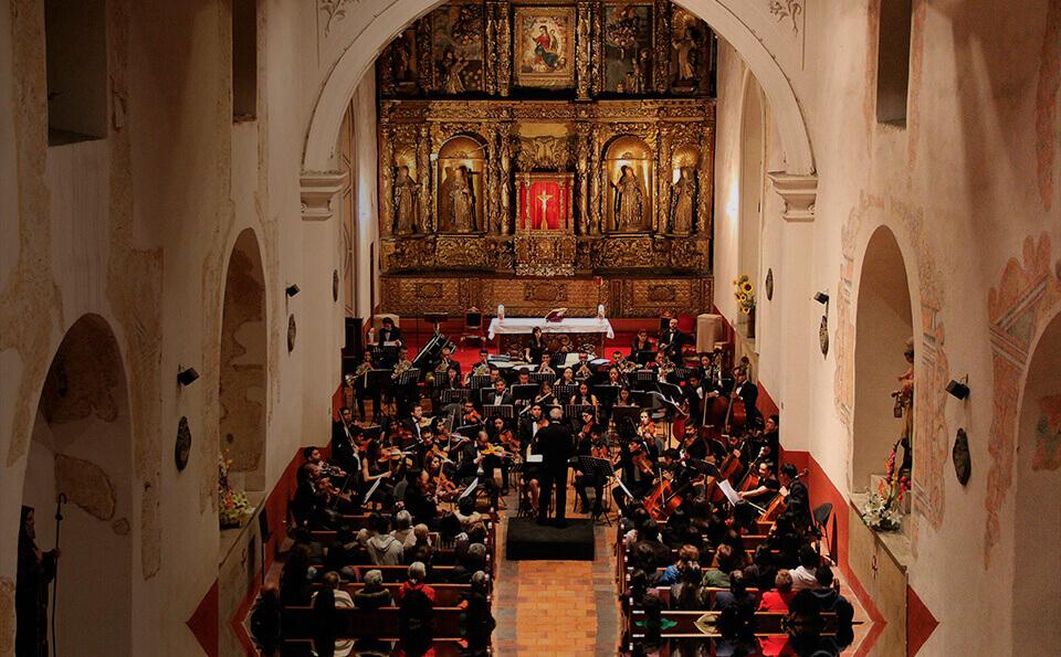 Orquesta sinfonica tocando en iglesia