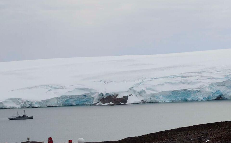 barco en el glacial en la antártida