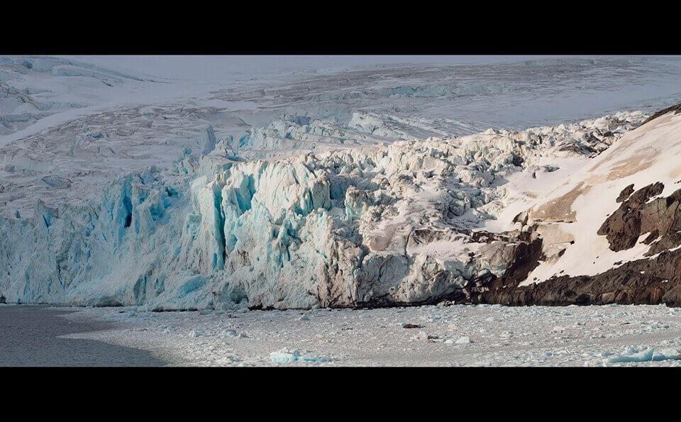 acentamiento glaciar, se ven montañas de tierra, piedra y de hielo
