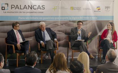 Tres hombres y una mujer sentados en un panel