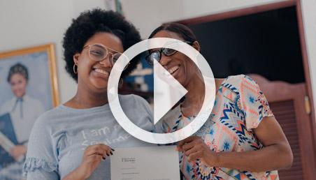 Madre e hija sostienen una carta