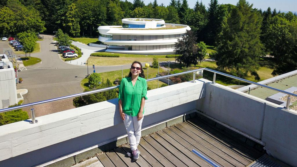 Photo of researcher Paola Pinilla with the astronomical center behind her