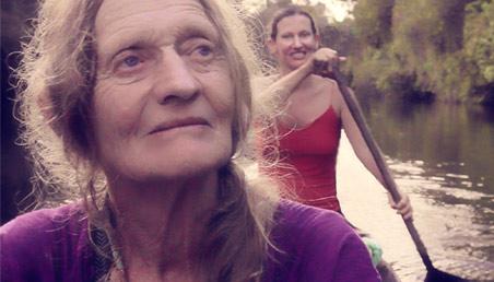 Foto documental Amazona. Dos mujeres, madre e hija en una canoa.