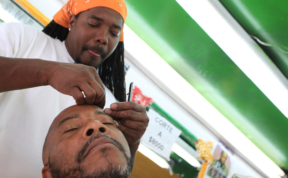 peluquero cortando el pelo a un hombre