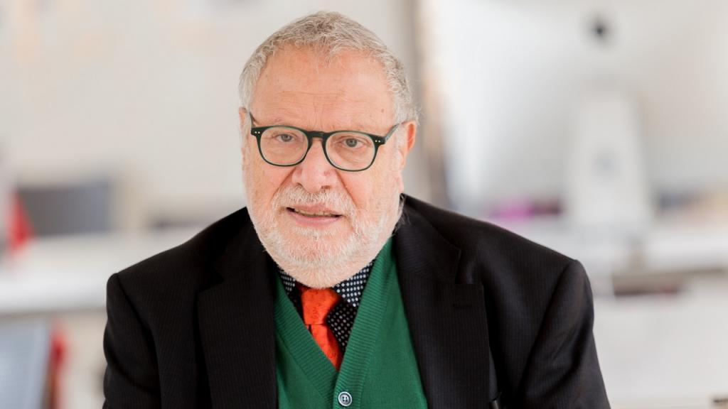 Peppino Ortoleva, crítico y curador profesional de exhibiciones y museos.