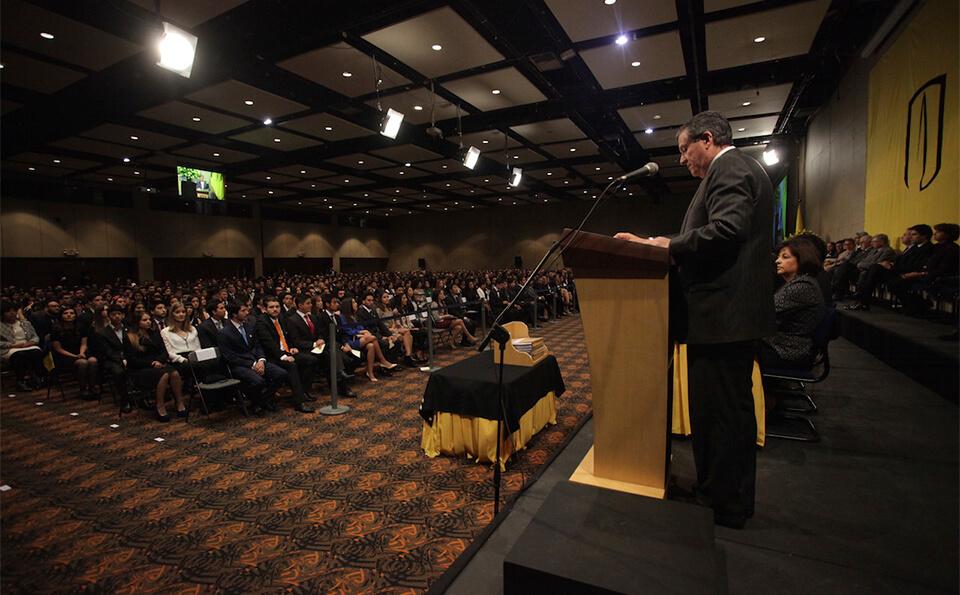 auditorio lleno de personas en una ceremonia